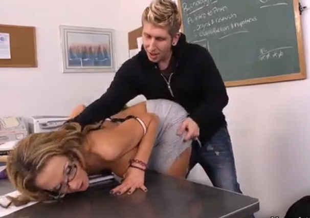 aluno metedor faz sexo com a professora gostosa