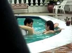 casal transando dentro da água no clube