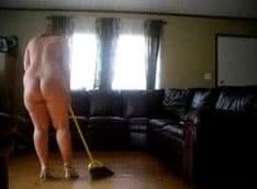 coroa nua em casa limpando
