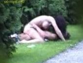 Flagra de casal transando no parque público