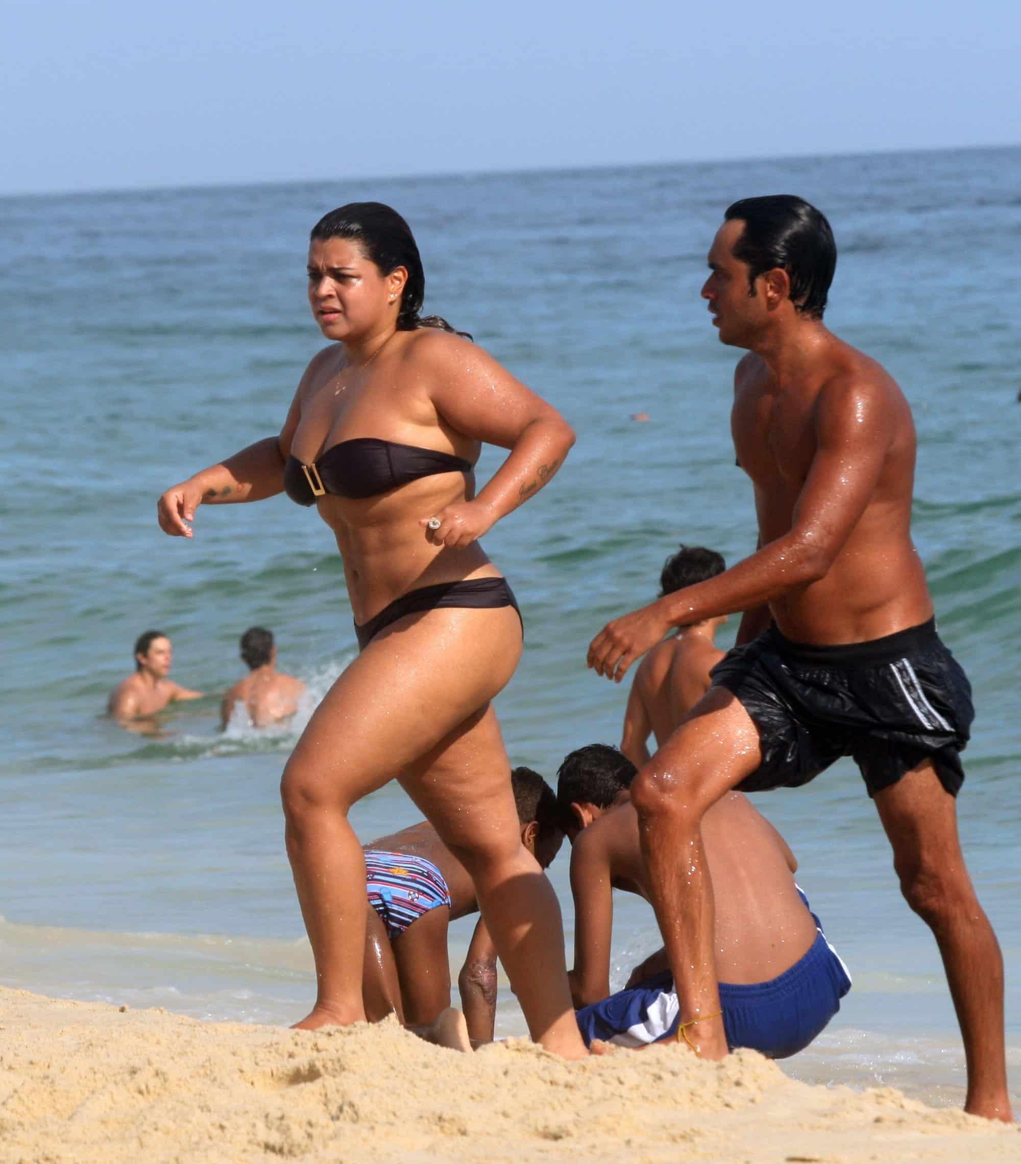 preta gil biquini praia