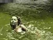 Flagra Viviane Araújo pelada toma banho em cachoeira