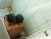 Lavando a buceta nada, novinha foi fuder escondida