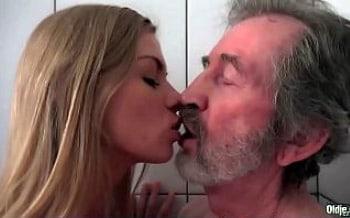 novinha e velho fazendo sexo