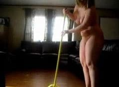 nua em casa coroa limpando