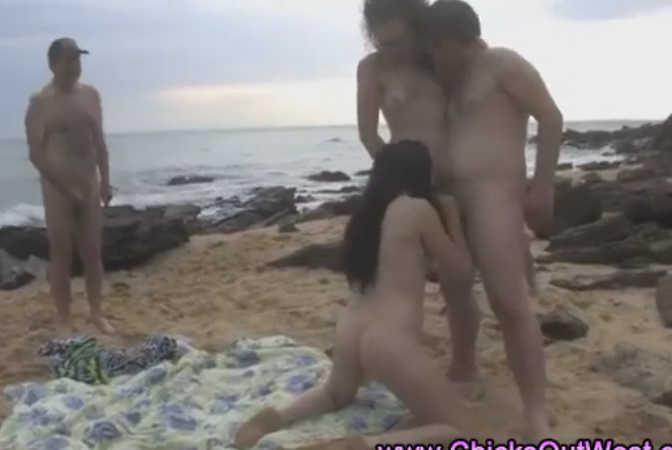 putaria na praia de nudismo com gatas sacanas
