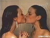 Putaria na TV mostra modelos nuas no banho