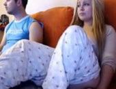 Garota usando vibrador ao lado do irmão